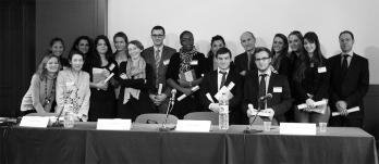 """La remise des diplômes de la promotion 2011-2012 lors de la conférence """"Le Droit de la Distribution en France : Questions de concurrence"""" à la Maison de l'Europe, à Paris, le 21 novembre 2012."""